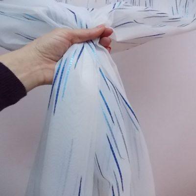 Perdea din organza, fond alb cu striatii  albastre