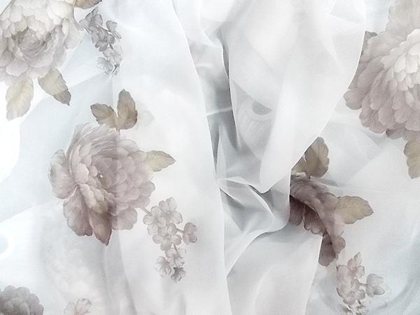 Perdea voal alb cu  flori wenge