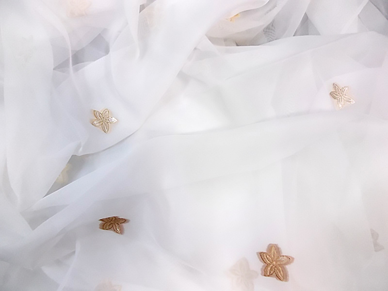 Veal veil curtain with beige popcorn