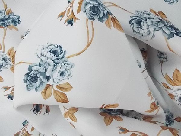 Draperie blackout fond alb cu flori albastre