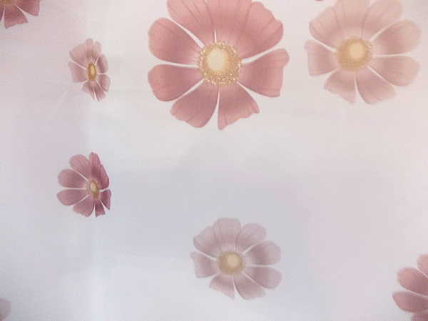 Perdea voal alb cu  flori bordo