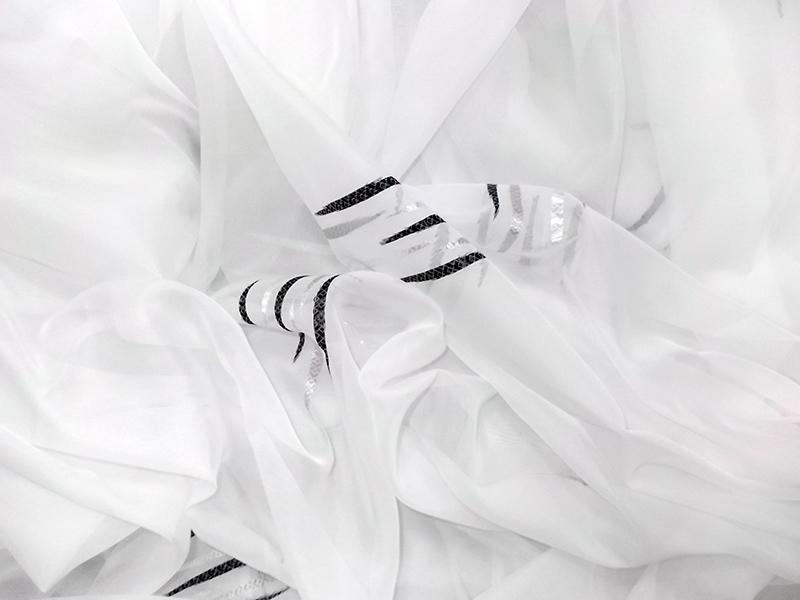 Perdea voal alb cu model alb negru