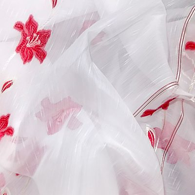 Perdea alba cu flori rosii