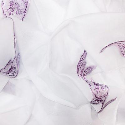 Perdea alba cu flori lila