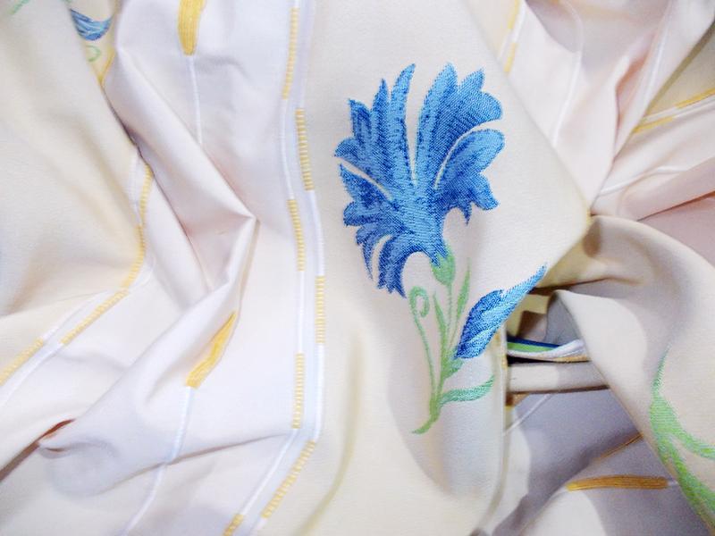 Draperie cu model floral turcoaz si fond crem-bej